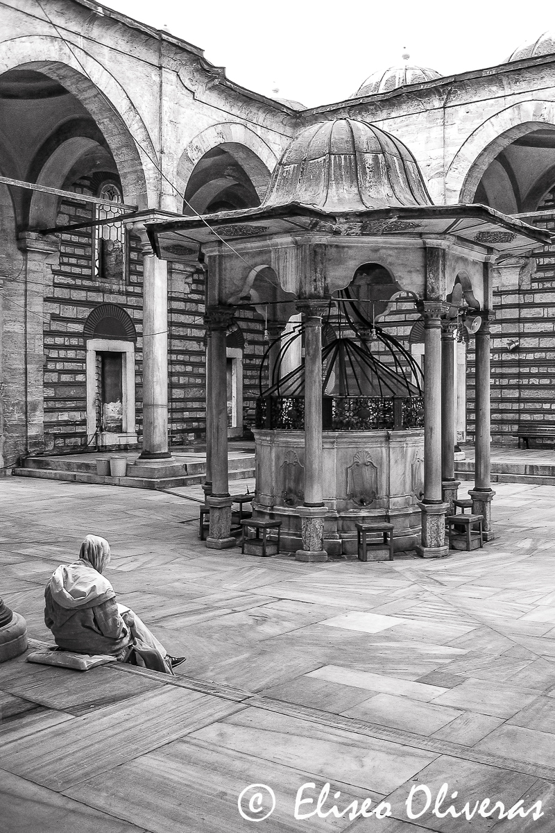 the-reader-of-laleli-mosque
